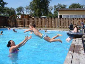 Vi mødes ved poolen og spiller bold